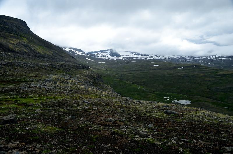 Horft yfir Kýrdalinn. Breiðuskörð og Breiðuskarðahnúkar.