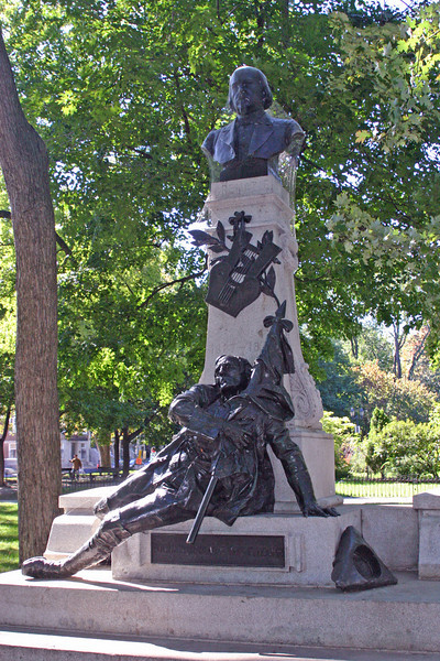 """Same park, different display. Someone dying for his country's flag. """"Gremazie, 1827-1879, Pour mon drapeau je viens ici mourir"""" (for my flag, I cam here to die). OK, there must be a story there--  Oh, sure, OK, he's a poet. Always glorifying dying! (see http://en.wikipedia.org/wiki/Octave_Cr%C3%A9mazie)"""