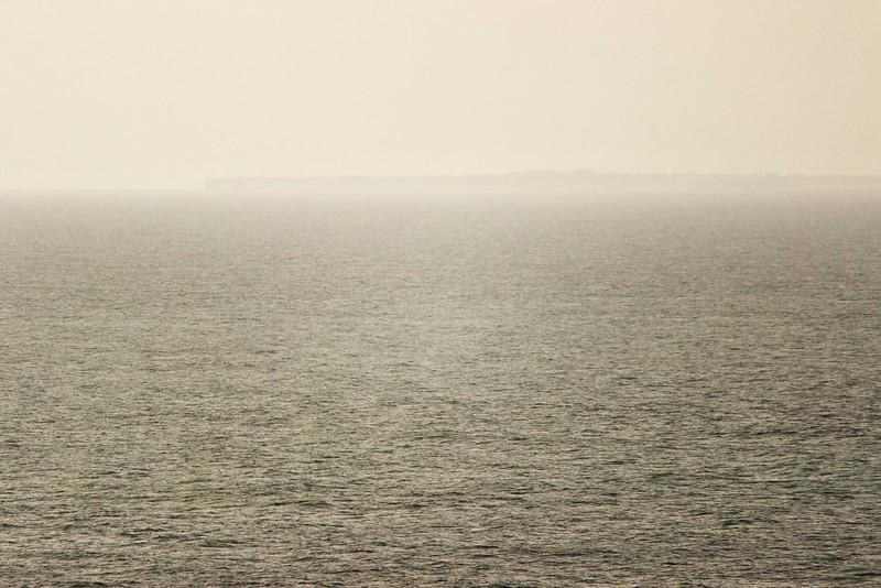 Pohled na nejjihozápadnější cíp Portugalska a Evropy u města Sagres, kde jsme před pár dny byli. Vzdušnou čarou je to odsud nějakých 27 kilometrů. Ten hranatý objekt zhruba ve třetině zprava by mohla být pevnost Sagres.
