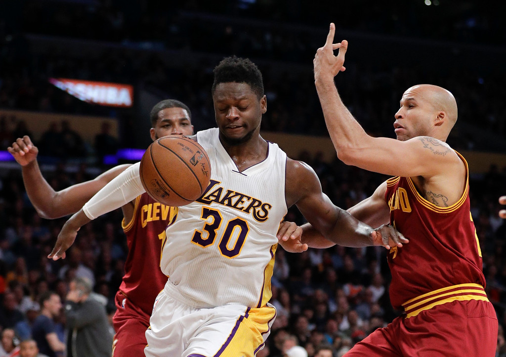 . Los Angeles Lakers\' Julius Randle, front left, and Cleveland Cavaliers\' Richard Jefferson watch the ball during the first half of an NBA basketball game Sunday, March 19, 2017, in Los Angeles. (AP Photo/Jae C. Hong)