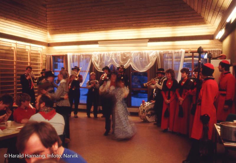 Vinterfestuka, Rallarmusikken spiller opp til dans på Furumoen senter for utviklingshemmede.