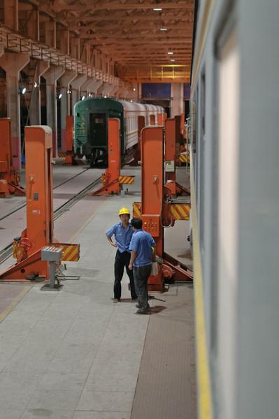 Der Zug wurde in 2 Hälften geteild. Hier kommt die andere Hälfte in die Halle.