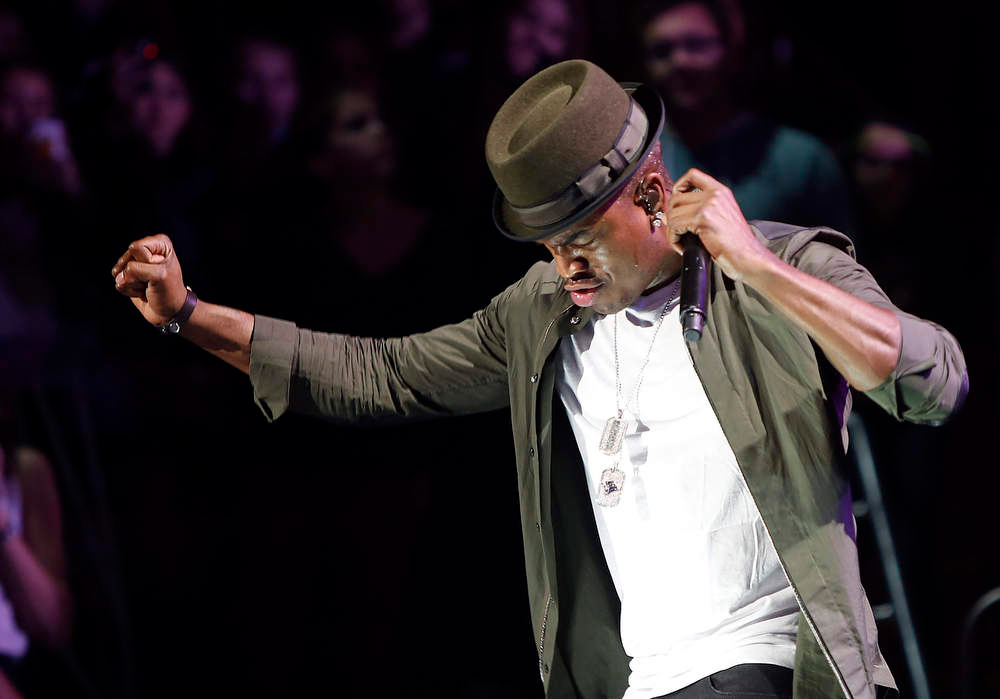 . Singer Ne-Yo performs during the Z100 Jingle Ball at Madison Square Gardens in New York, December 7, 2012.    REUTERS/Carlo Allegri