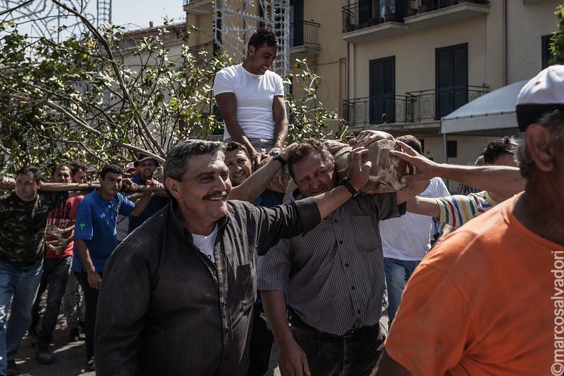La Cima, prima del suo innesto sul Maggio, viene portata per le strade del paese dai cimaioli.