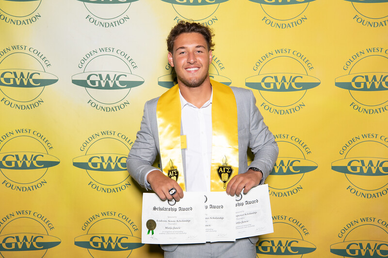 Scholarships-Awards-2019-0828.jpg