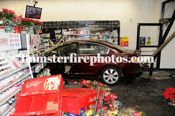 HICKSVILLE FD CAR INTO CVS