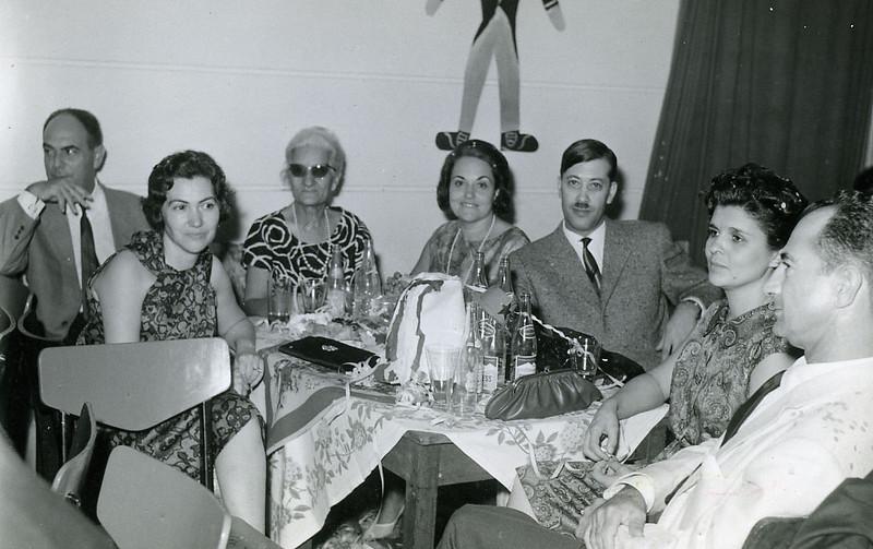 Anos 60.  Melim, Maria Adelaide, Mãe da Carocha Sobral, Guida Melim e Vítor Santos, Carolina Sobral (Carocha) e José Sobral