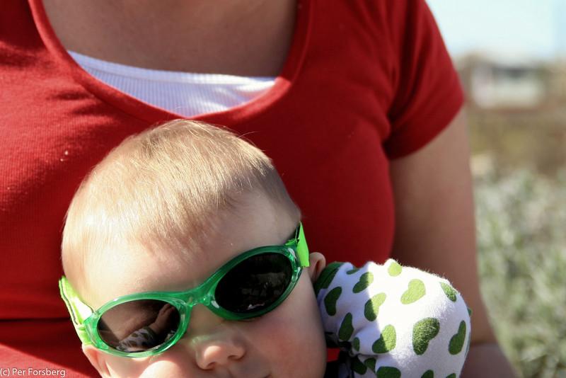 Mamma provar mina nya solglasögon på mig...