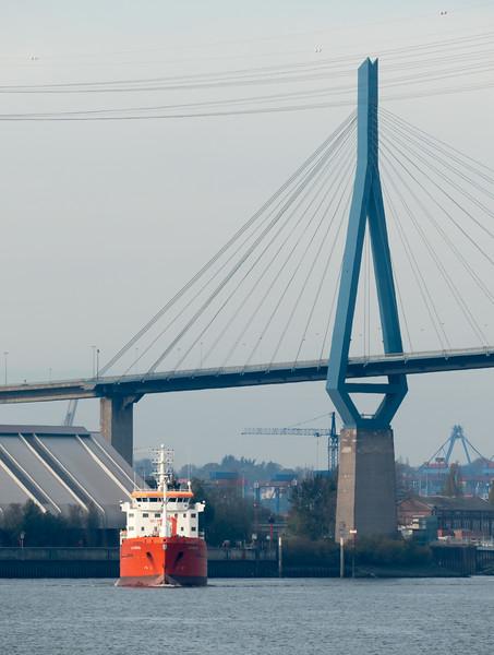 ELSA ESSBERGER im Hamburger Hafen unter der Köhlbrandbrücke