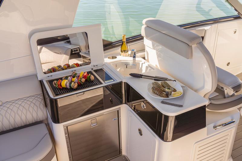 2021-Sundancer-370-Outboard-DAO370-cockpit-wet-bar-grill-refrigerator-05342.jpg