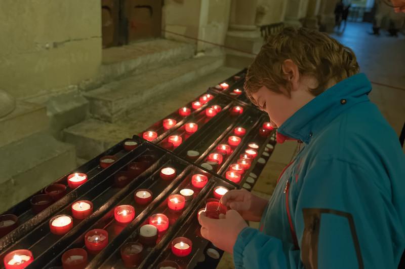 In der Kathedrale zündet Richard Kerzen für Onkel Jörg und Onkel Klaus an.