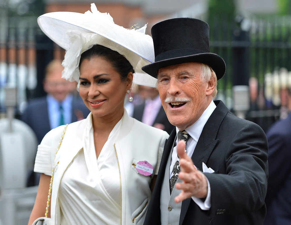 . British entertainer Bruce Forsyth arrives with his wife Wilnelia on Ladies\' Day at the Royal Ascot horse racing festival at Ascot, southern England June 20, 2013.  REUTERS/Darren Staples
