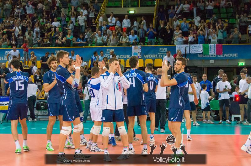 Italia saluta il pubblico dopo la sconfitta