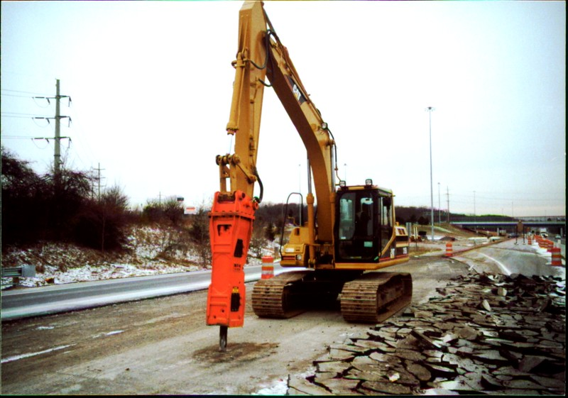 NPK E208 hydraulic hammer on Cat excavator - road construction at 83 & I-71 in Strongsville 12-15-00 (9).JPG