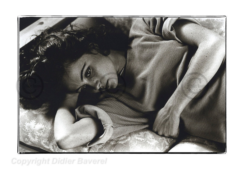 Emmanuelle Béart se repose pendant le tournage de La femme de sa vie de Michel Favart. Lyon 1986.