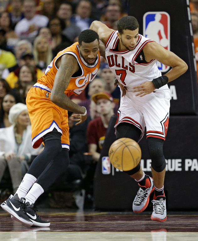 . Cleveland Cavaliers\' Jordan McRae, left, and Chicago Bulls\' Michael Carter-Williams battle for the ball in the second half of an NBA basketball game, Wednesday, Jan. 4, 2017, in Cleveland. The Bulls won 106-94. (AP Photo/Tony Dejak)