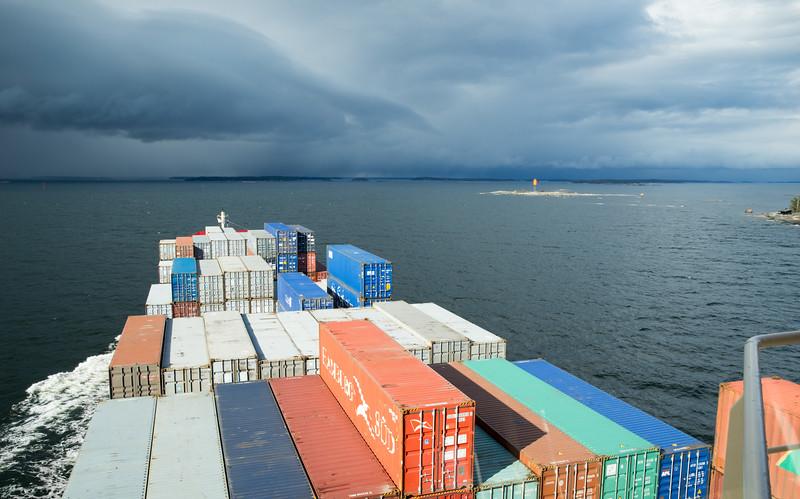 Containerschiff Blick von der Brücke beim durchfahren finnischer Schärengewässer