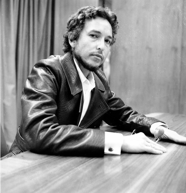 . Folk singer and songwriter Bob Dylan is photographed during a news conference at New York\'s Kennedy International Airport on his arrival from England on Sept. 2, 1969.  He said a weekend concert on the Isle of Wight was a warm up for the return of personal appearances in the United States.  (AP Photo)