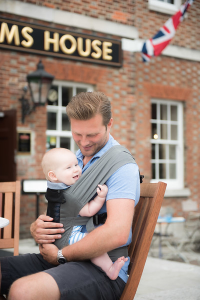 Izmi_Baby_Carrier_Breeze_Mid_Grey_Lifestyle_Front_Carry_Baby_Sat_With_Dad.jpg