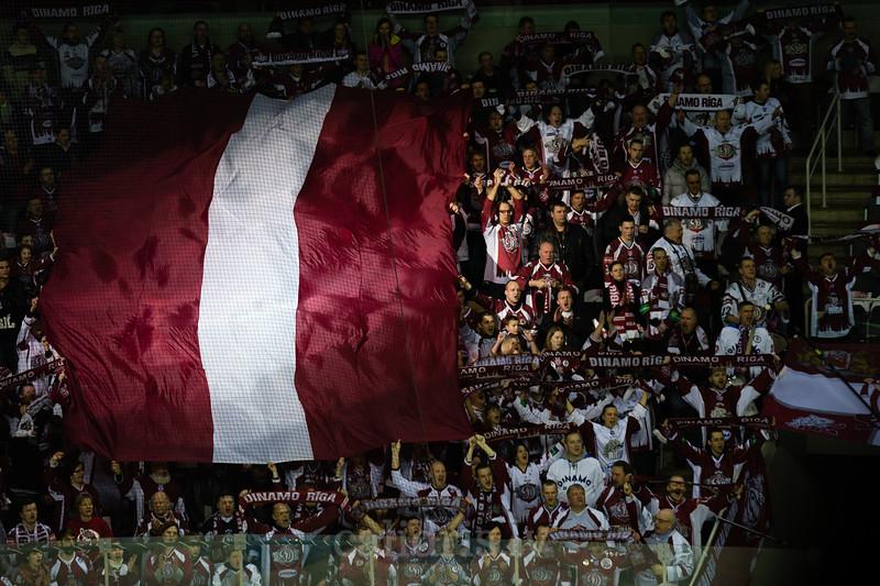 Latvijas valsts karogs virs fau sektora himnas laikā
