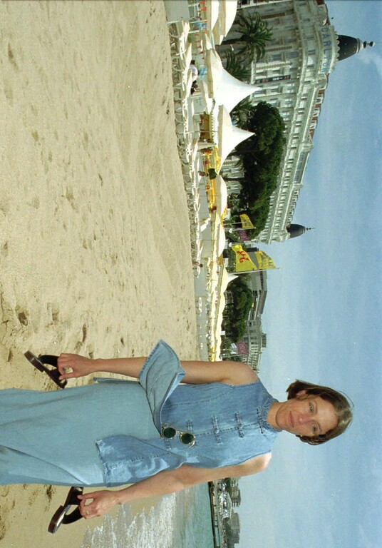 ". American actress Frances Mc Dormand who stars in the American film-in-competition ""Fargo\"" directed by her husband Joel Coen strolls along the beach in Cannes, French Riviera, during the 49th International Film Festival, Saturday May 11, 1996.(AP PHOTO/Rhonda Birndorf)"