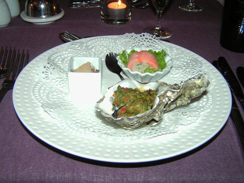 """""""Aperitief van het huis met trilogie van aperitief-hapjes: Geglaceerd oestertje, ganzenlever in port en mini canneloni van zalm"""" (Sylvester-menu)"""