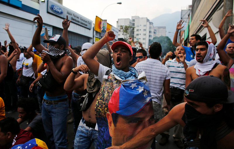 . Supporters of opposition leader Henrique Capriles block a street while demonstrating for a recount of the votes in Sunday\'s election, in Caracas, April 15, 2013. Capriles called on Venezuelans to take to the streets and peacefully demand a vote recount if election authorities formally proclaim Hugo Chavez\'s chosen successor, Nicolas Maduro, as the next president.      REUTERS/Tomas Bravo