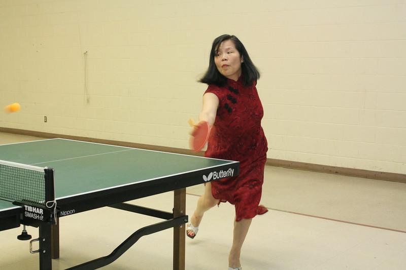 慧嬋老師身穿旗袍腳踏高跟鞋乒乓大展身手