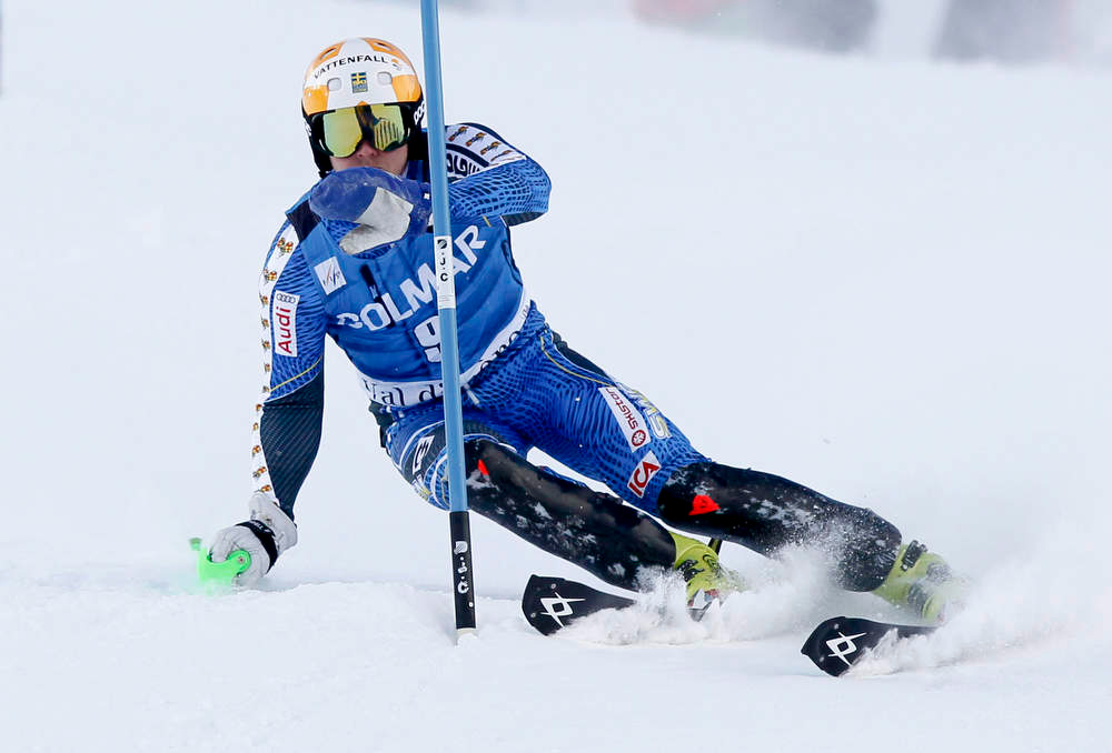. Jens Byggmark of Sweden skis with one stick during the first leg to place fifth in the men\'s World Cup Slalom skiing race in Val d\'Isere, French Alps, December 8, 2012.    REUTERS/Robert Pratta