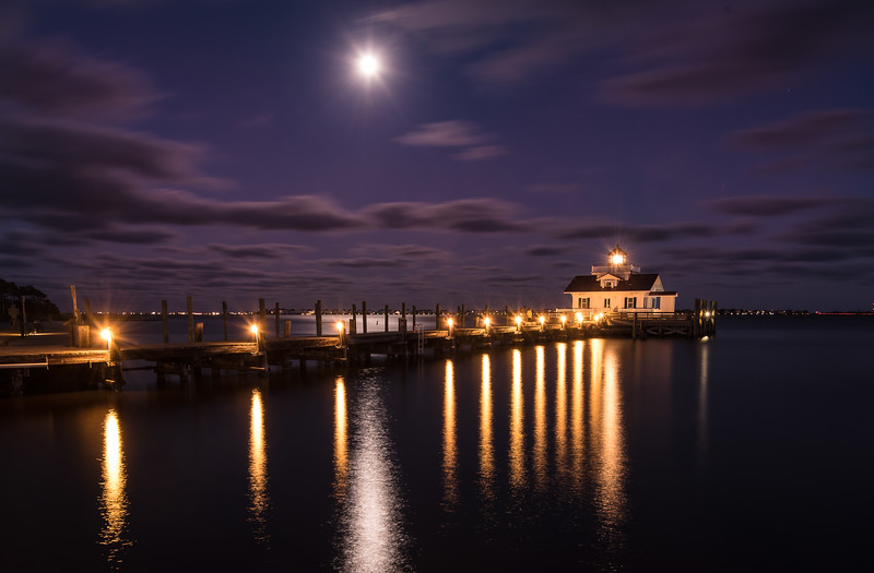 Manteo lighthouse at night.jpg