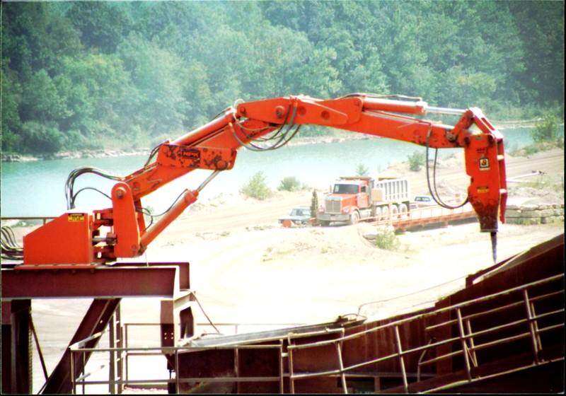 NPK B600 pedestal boom system-breaking bridged rock in quarry (Zanesville) 08-08-01 (7).JPG