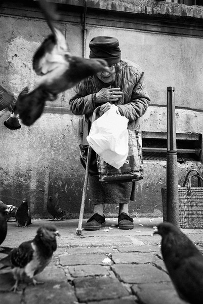 OLD_WOMAN_FEEDING_PIGEONS_LYON.jpg