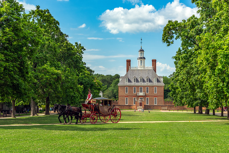 Horse and carriage in front of a red brick colonial building at Williamsburg