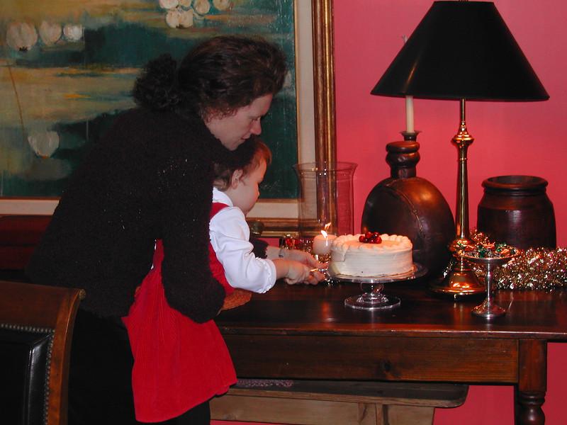 Lola cuts Shelter' cake 12-26-04.jpg