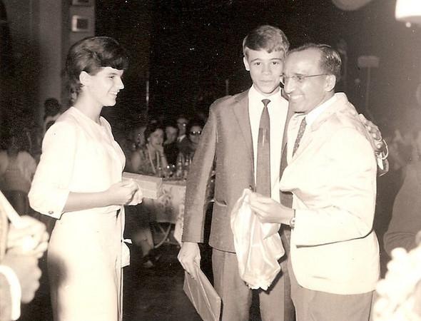 1º lugar, no concurso de danças - 1966 Á drt. o Sr. Barata, que entrega os premios aos vencedores: Gininha Martínez Almeida Santos, e o filho do Administrador do Chitato.