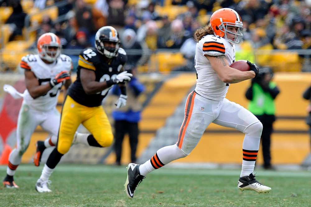 Description of . Cleveland Browns'  Raymond Ventrone (41) dashes past Pittsburgh Steelers Jamie McCoy, center, on a fake punt for a first down in the third quarter of an NFL football game on Sunday, Dec. 30, 2012, in Pittsburgh. (AP Photo/Don Wright)