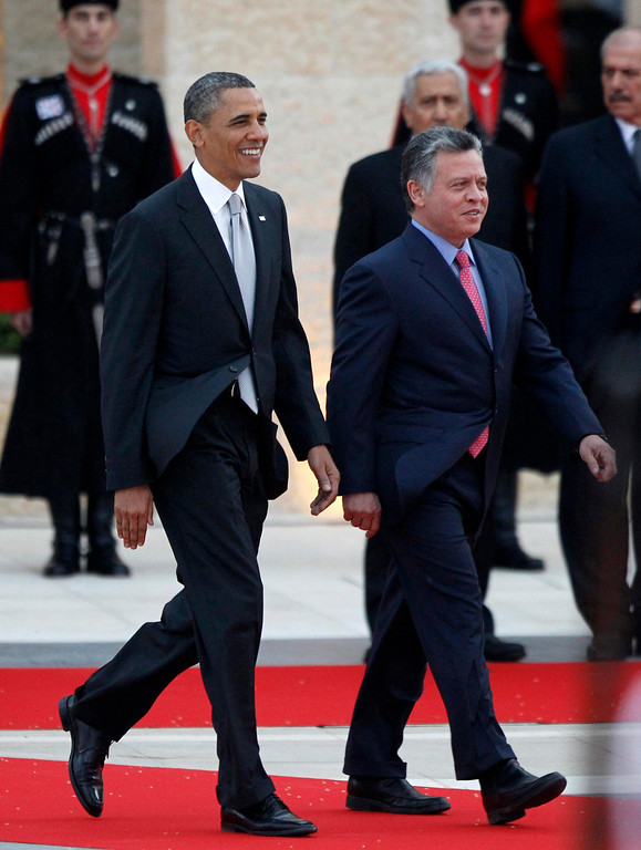 . U.S. President Barack Obama (L) participates in an official arrival ceremony with Jordan\'s King Abdullah II at Al-Hummar Palace, in Amman March 22, 2013. REUTERS/Jason Reed
