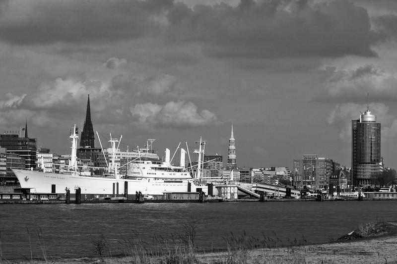 Cap San Diego und Skyline Hamburg in schwarz-weiß