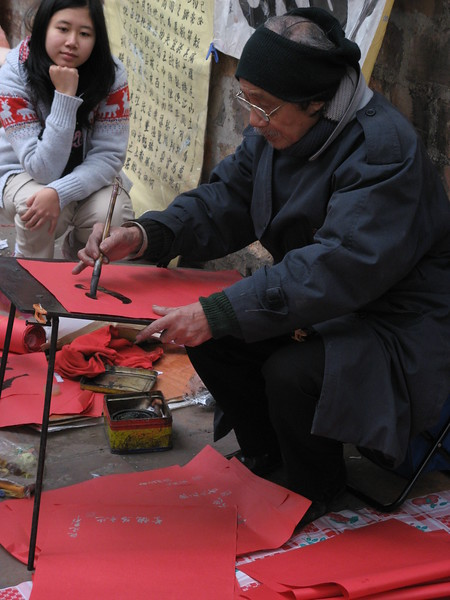 Painting Chinese New Year (TET) greetings in Chinese.