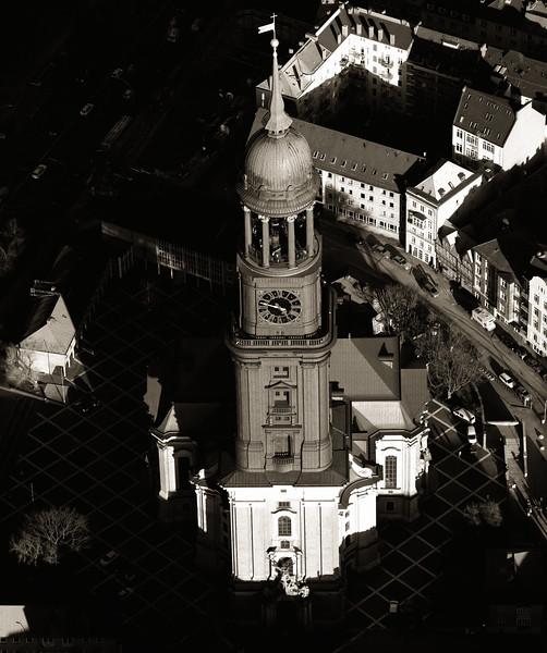 Luftbild sein Michaeliskirche in schwarz-weiß