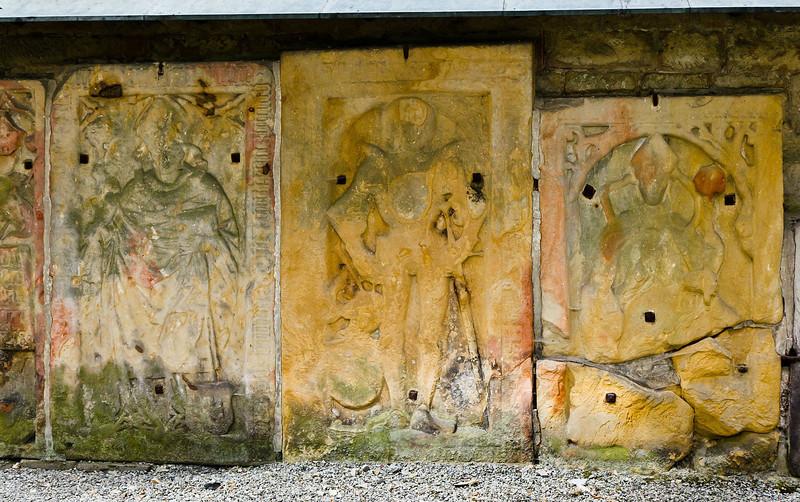 Paulinzella: Grabplatten im nördlichen Seitenschiff