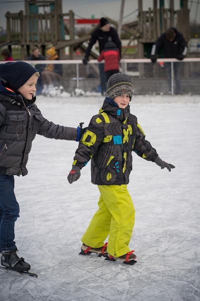luca en vince op de schaats.jpg
