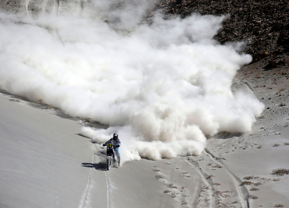 . France\'s David Casteu rides his Yamaha bike during the 5th stage of the Dakar Rally from Arequipa in Peru to Arica in Chile, January 9, 2013. Picture taken  January 9, 2013. REUTERS/Jacky Naegelen