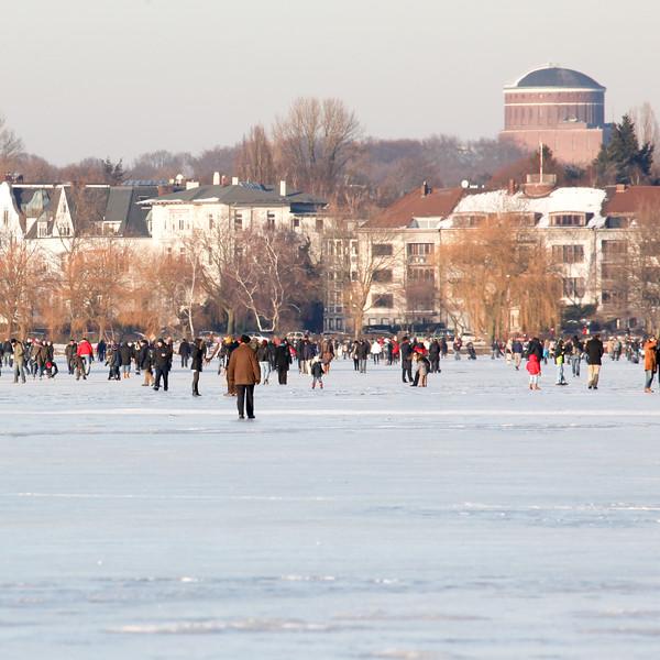 Außenalster zugefroren im Winter mit Eis  Hamburg mit Menschen