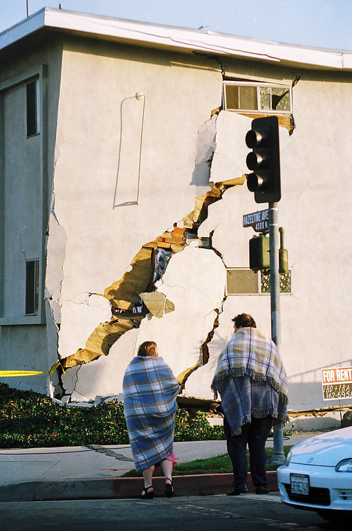 . A damaged apartment building at Hazeltine Avenue and Milbank Street in Sherman Oaks. (Photo by Myung J. Chun/L.A. Daily News)