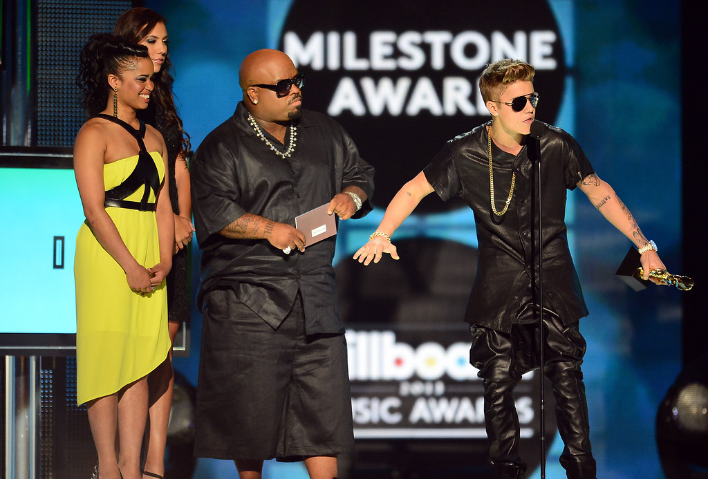 """. LAS VEGAS, NV - MAY 19:  Contest Winner Shaniece Cole, musician Cee Lo Green and \""""Milestone Award\"""" Winner Justin Bieber speak onstage during the 2013 Billboard Music Awards at the MGM Grand Garden Arena on May 19, 2013 in Las Vegas, Nevada.  (Photo by Ethan Miller/Getty Images)"""