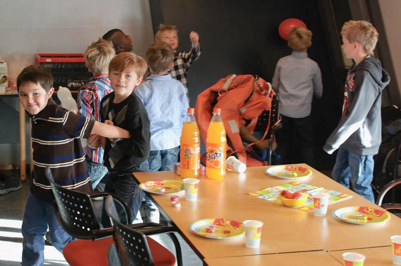 """Vi feiret bursdagen til Richatd på Oljemuseum. En """"oljearbeider"""" (Ludwig, store broren til Richard) tok imot barna."""