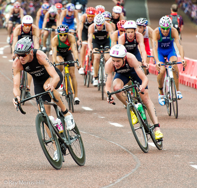 Gemmell (NZL) and Alistair Brownlee (GBR) take the bend in front of Buckingham Palace