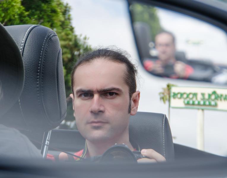 Автопортрет в зеркале автомобиля