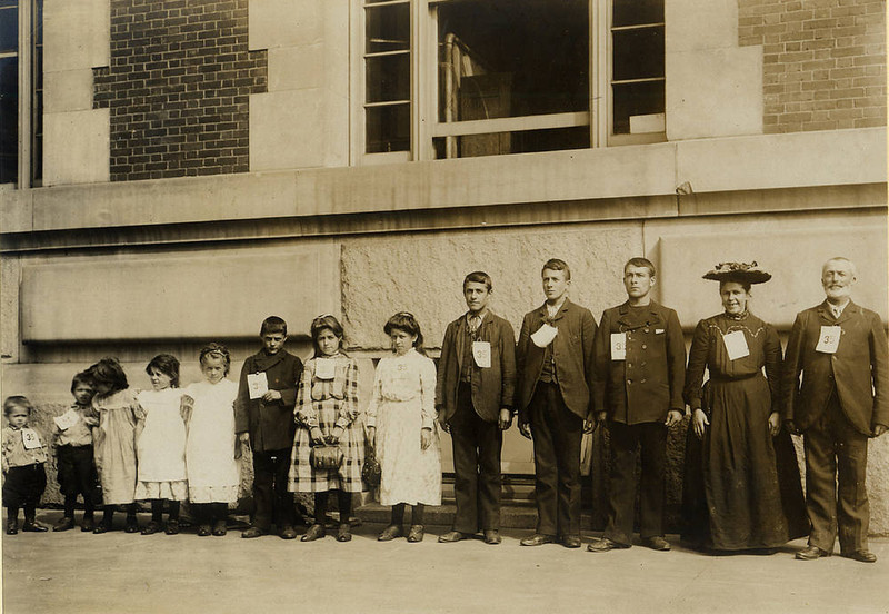 . Dutch immigrant Dingenis Glerum with his wife and 11 children. (NPS photo)